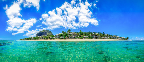 Mauritius Panorama aus dem Meer heraus samt Strand und dem Le Morne Brabant, dem berühmten Berg Mauritius' #AllesSuper