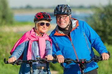 paar hält sich fit mit fahrradfahren