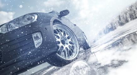 PKW auf winterlicher Fahrbahn