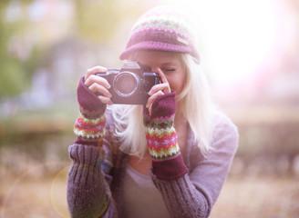 Fotografin im Herbst mit Kamera