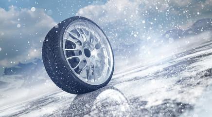 Winterreifen auf verschneiter Straße