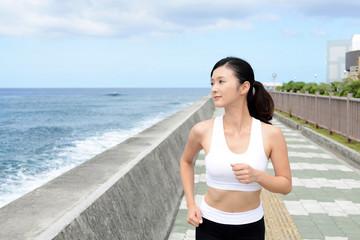 ジョギングを楽しむ女性