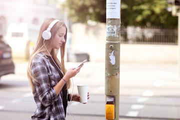Teenager mit Handy und Kopfhörer im Verkehr