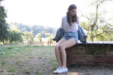 Mädchen zieht Jeansjacke aus