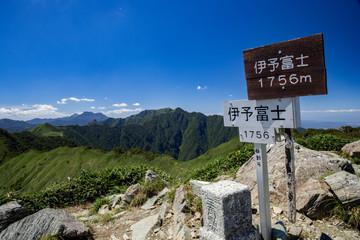 伊予富士から見た石鎚山、東黒森方面の眺め