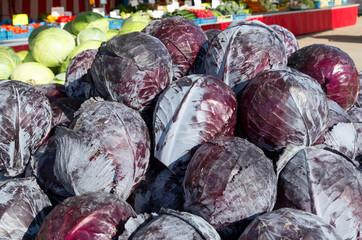erntefrischer Rotkohl vom Gemüsebauer auf dem Wochenmarkt