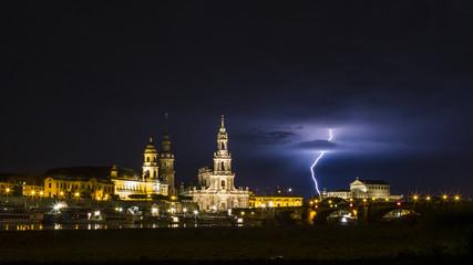 Dresden bei Nacht mit Gewitterstimmung