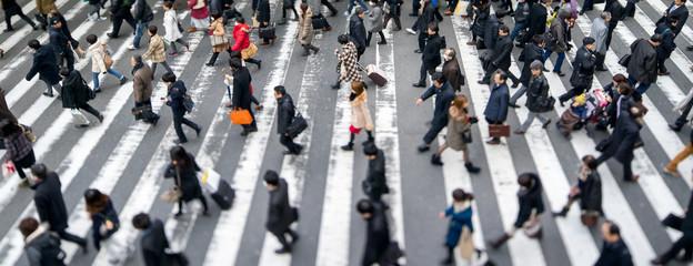 Fotomurales - Menschen überqueren eine Straße