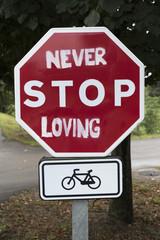 NEVER STOP LOVING , SEÑAL DE STOP PERSONALIZADA CON UN GRAFITTI