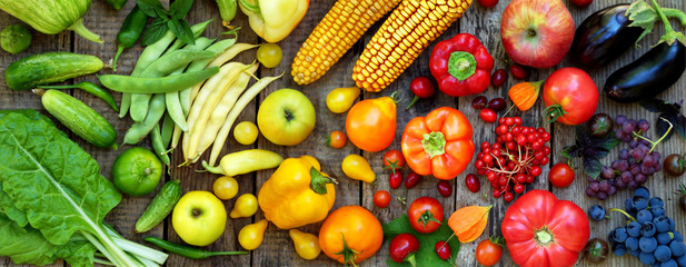 Photo sur Aluminium Cuisine green, red, yellow, purple vegetables and fruits