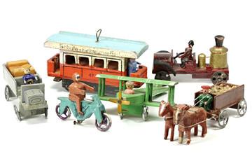 erzgebirgisches Holzspielzeug aus der Vorkriegszeit  isoliert auf weißem Hintergrund