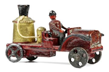 erzgebirgisches Feuerwehrauto aus der Vorkriegszeit  isoliert auf weißem Hintergrund