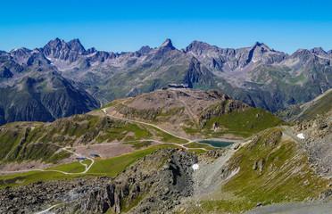 Urlaub in Tirol Sommerzeit mit Bergketten Blick