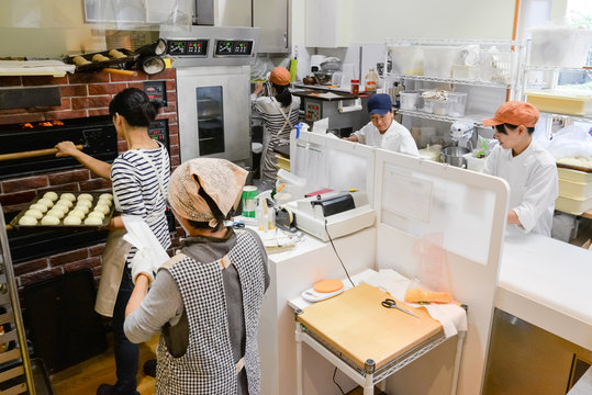 日本のパン屋さんで働く日本人女性パン職人