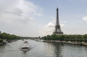 Paseo en barco por el Sena viendo la Torre Eiffel, París.
