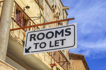 Sign with Rooms to let