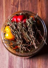 Peperoni rossi e gialli con rosmarino