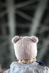 Ребёнок под большим мостом