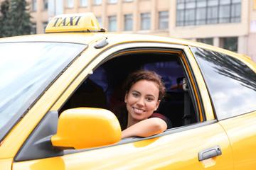 Female taxi driver in car Fototapete