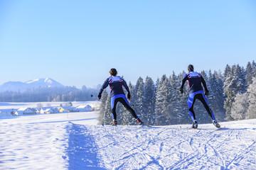 sportlich Langlaufen in herrlicher Winterlandschaft