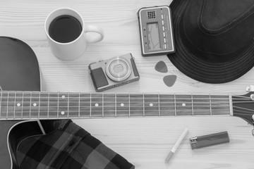Festival Arrangement: Gitarre, Hut, Kamera, Zigarette und mehr, schwarz weiß