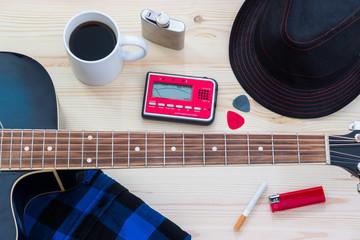 Festival Arrangement: Gitarre, Hut, Stimmgerät, Zigarette, Bier und mehr