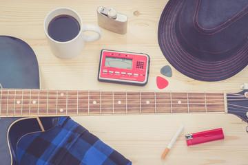 Festival Arrangement: Gitarre, Hut, Stimmgerät, Zigarette, Bier und mehr, retro
