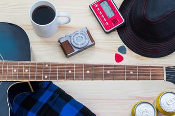 Festival Arrangement: Gitarre, Hut, Kamera, Bier, Kaffee und mehr