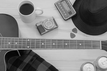 Festival Arrangement: Gitarre, Hut, Kamera, Bier, Kaffee und mehr, schwarz weiß