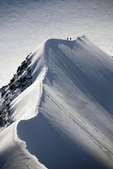 Foto op Aluminium Alpinisme Alpinisti sulla cresta affilata
