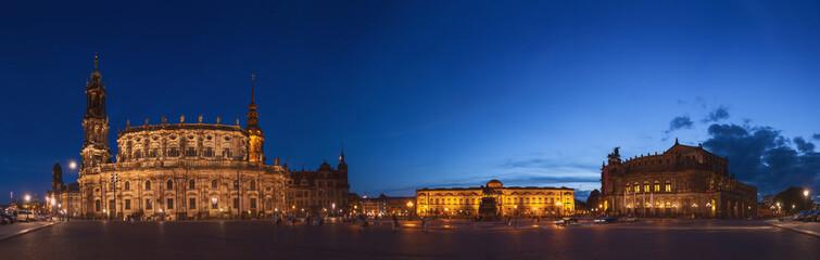 Dresden Theaterplatz zur blauen Stunde
