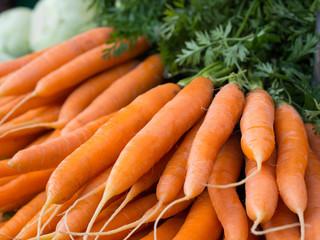 Frische Möhren vom Markt - Karotten - Wurzeln - Gemüse