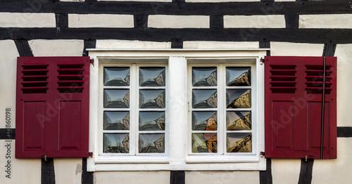 Fenster Fachwerkhaus altes fenster im fachwerkhaus mit roten läden stockfotos und