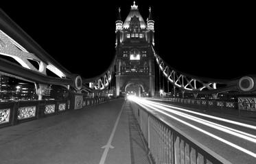 Panorama notturno del Tower Bridge, il più famoso ponte di Londra