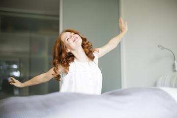 Frau beim aufwachen
