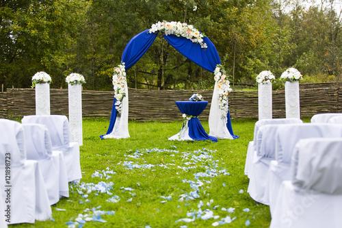 Фото арка для выездной регистрации с синими цветами 72