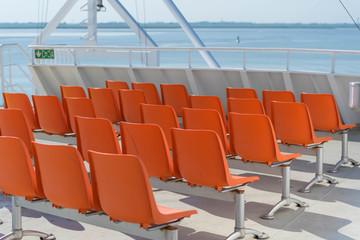 Leere Sitzreihen auf dem Oberdeck
