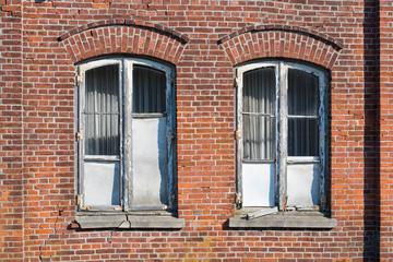 Verrottete, kaputte Fenster, mit teilweise fehlenden Scheiben