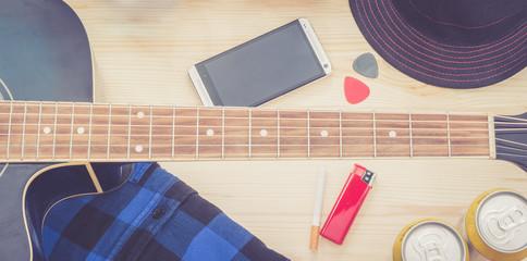 Festival Arrangement: Gitarre, Hut, Smartphone, Bier, Zigarette und mehr, widescreen retro