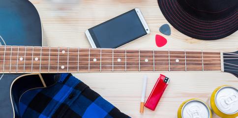Festival Arrangement: Gitarre, Hut, Smartphone, Bier, Zigarette und mehr, widescreen