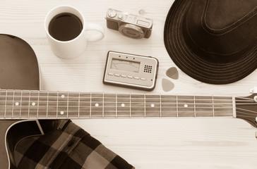 Festival Arrangement: Gitarre, Hut, Kamera und Kaffeetasse, sepia