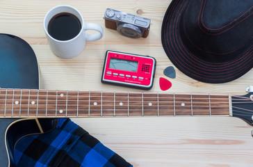 Festival Arrangement: Gitarre, Hut, Kamera und Kaffeetasse