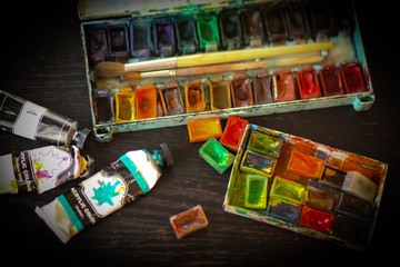 Краски и кисти на столе