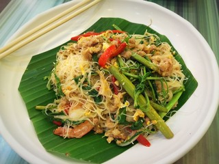 Stir-fried rice vermicelli with water mimosa