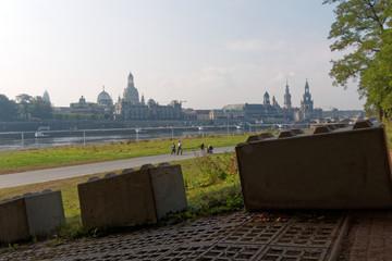 Betonsperren in Dresden  Sicherheitsmaßnahmen vor Zentraler einheitsfeier 2016 in Dresden