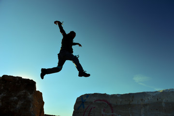 kayalıklardan atlayan çılgın adam silüet