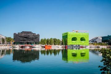 Reflets des bâtiments dans la Saône dans le quartier de Confluence à Lyon