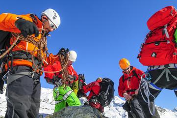 Alpinisten chekcen ihre Ausrüstung