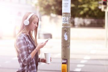 Teenager mit Handy im Straßenverkehr