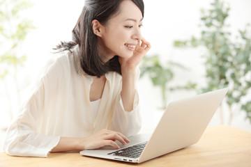 若い女性・パソコン